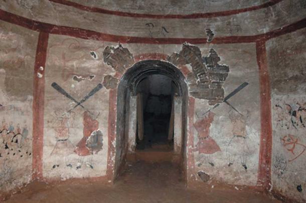 Четирима души свирят на военни рогове на входа на една 1500-годишна гробница,В стенописната гробница вероятно е погребан военен командир и съпругата. Шуоджоу, Китай. Снимка :Chinese Archaeology