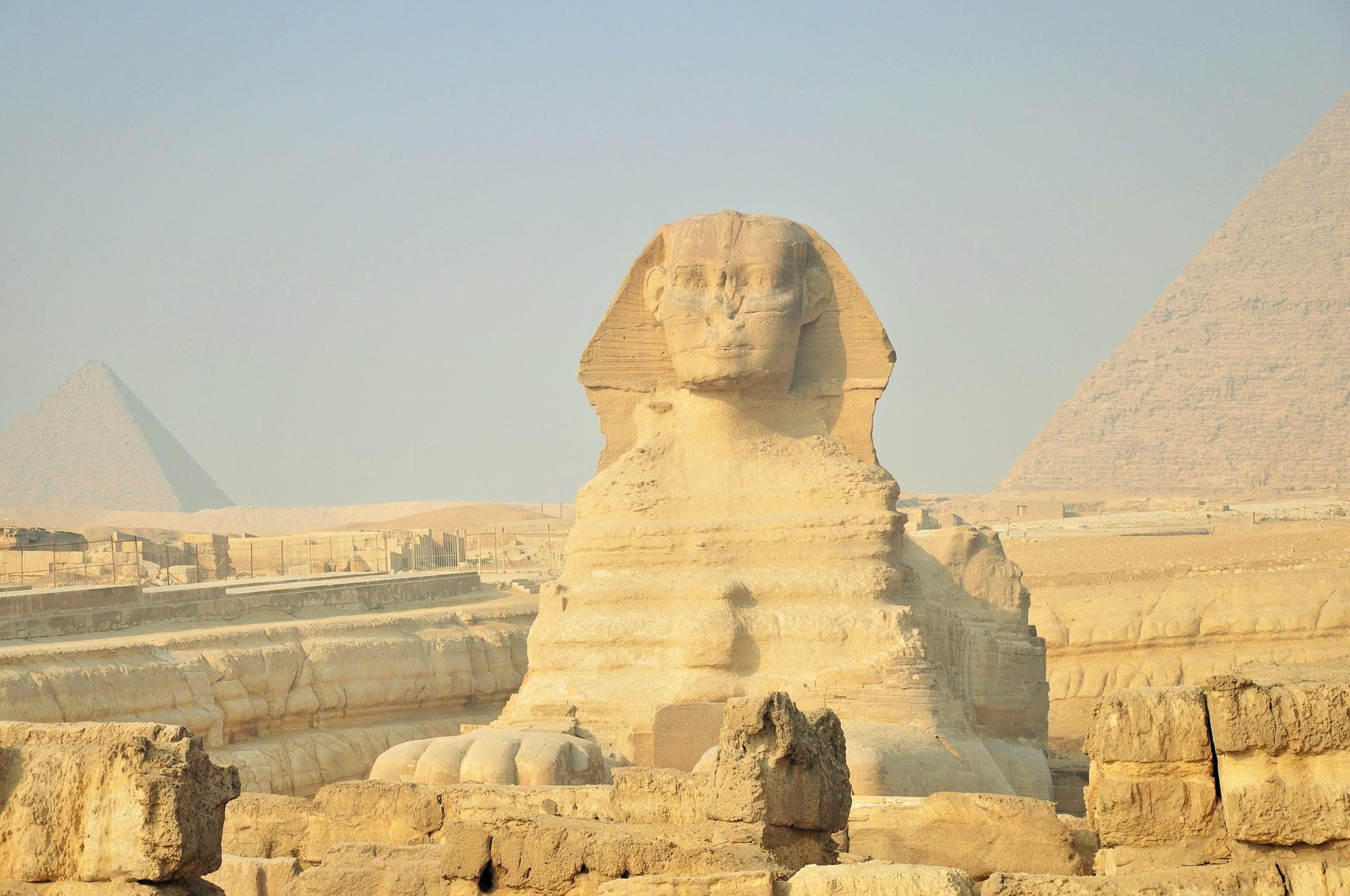 Сфинксът символизирал фараона на Древен Египет като въплъщение на бога на слънцето, затова гледа на изток.
