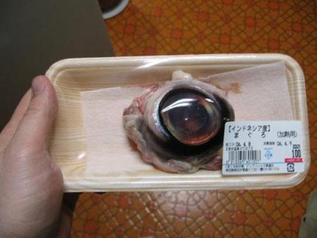 Япония е известна със своите готварски експерименти с морските дарове и дори очите на рибата тон се консумират без особени притеснения.