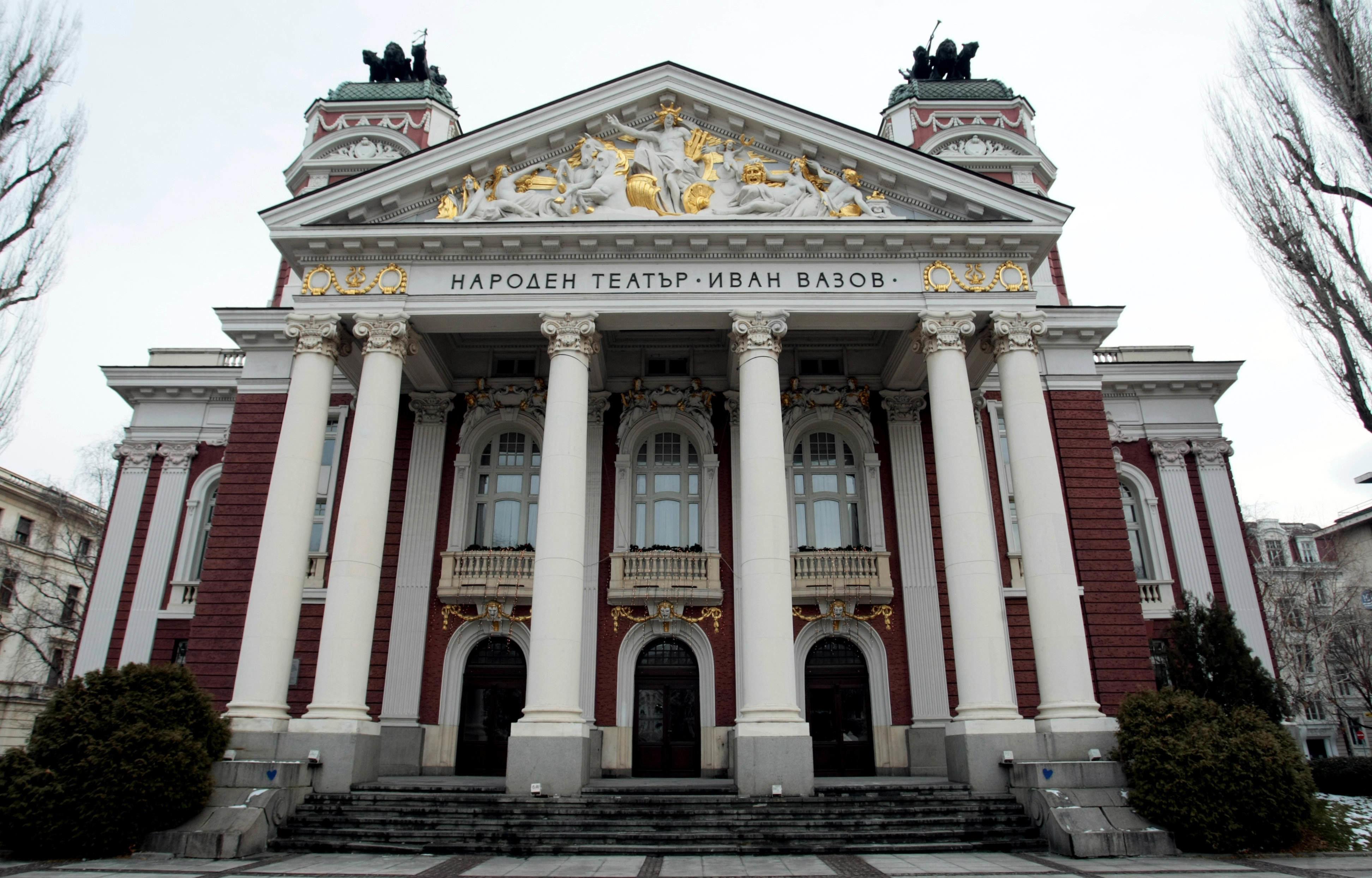 Сградата на Народния театър допринася за усещането за аристократичност и допълва духа на Стара София, който е основна част от атмосферата в парка.
