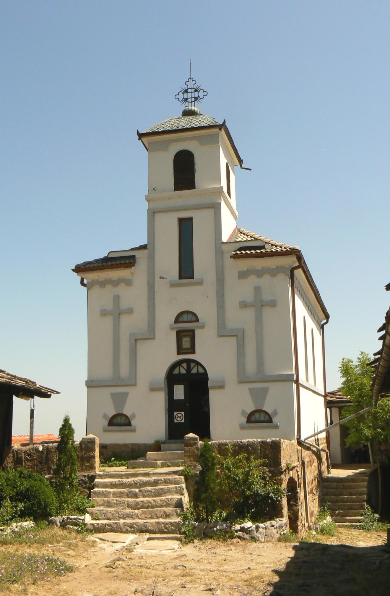 """Гложенският манастир е чудният """"купол"""" върху планинския склон Лисец, под планинския връх Камен Лисец, близо до село Гложене, на 12 км от град Тетевен, към Ловчанска епархия, при това близо и до София – на около 100 км."""
