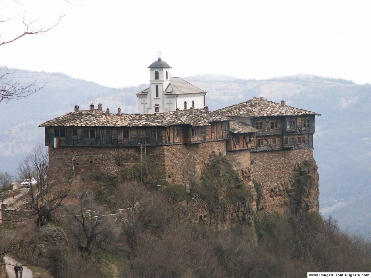 И все пак този величествен отрязък от Средновековието, който се пъчи гордо в подножието на връх Камен Лисец, е бил интелектуално средище и революционен център. Самият Левски многократно се е укривал в него.