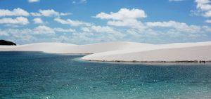 Националният парк Lençóis Maranhenses в Бразилия е район на ниска, равна, наводнявана периодично земя, покрита с големи, красиви пясъчни дюни.