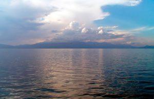 Охридското езеро е едно от най-красивите македонски тектонски езера.