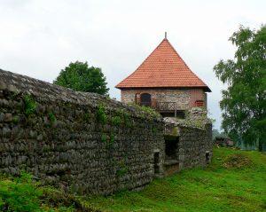 Замъкът има висока и добре изградена силна крепостна стена около него,