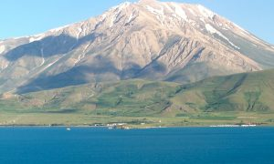 Но в крайна сметка те не само са открили забележителните руини, но са установили, че те са част от обширен обект, който се простира на около километър около турското езеро Ван.
