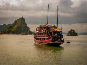 Заливът Халонг - където царуват митовете и легендите