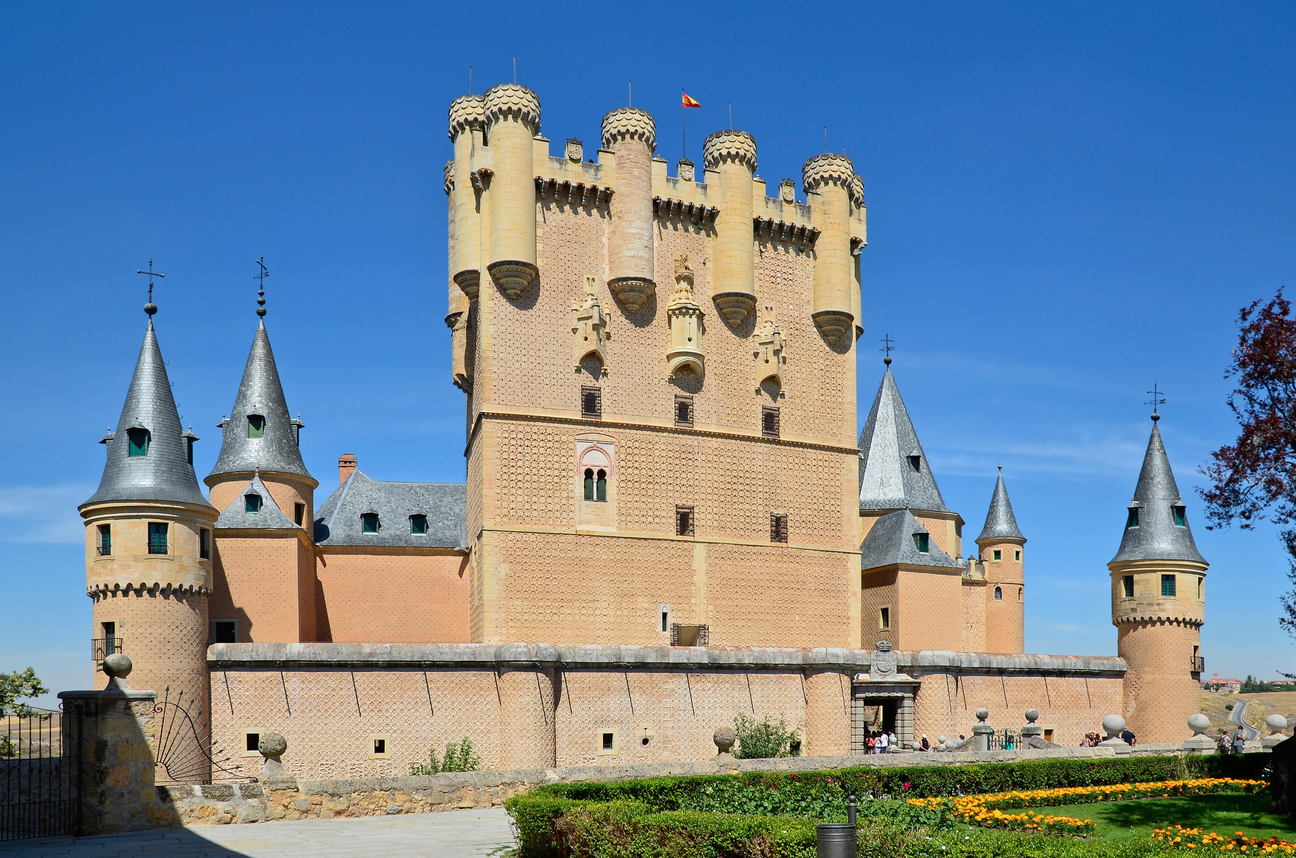 Понастоящем посетителите могат да изследват дванадесет от дворовете на замъка
