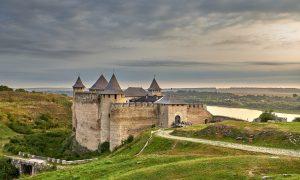 В началото на 18-ти век турците завладяват Старата Хотинска крепост и
